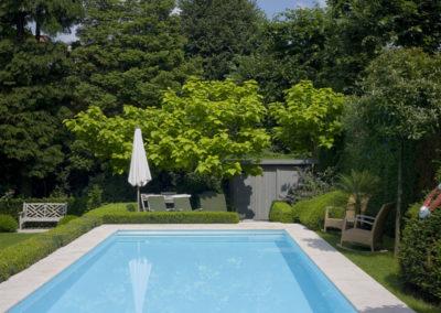 Sierlijke groene tuin met fris blauw zwembad