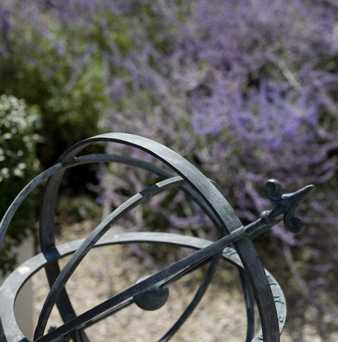 Heuvelige tuin met knus centraal zithoekje