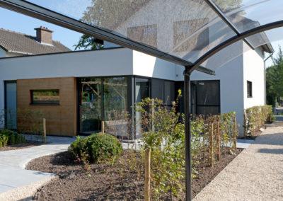 Moderne tuin met glaskoepel