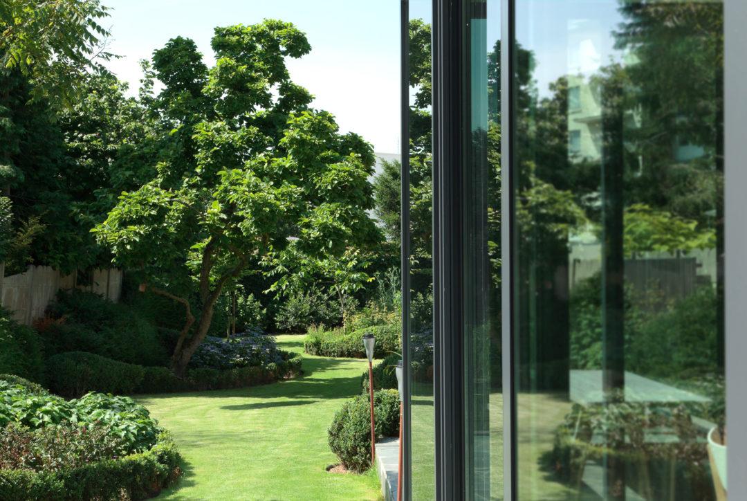 Verzorgde vredevolle tuin met moderne vijver