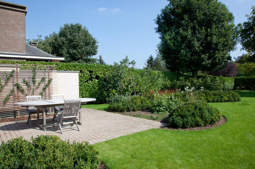 Gezellige tuin met eetgedeelte